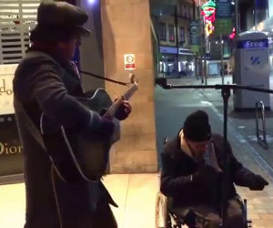 Senzatetto prende il microfono di un artista di strada e duetta con lui
