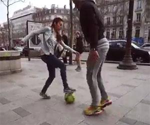 Ragazza sfida i passanti a toglierle la palla, ma nessuno ci riesce!