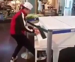 Si avvicina a un pianoforte in esposizione e incanta tutti i presenti