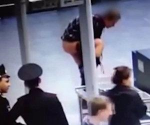 Per varcare i controlli dell'aeroporto decide di spogliarsi del tutto