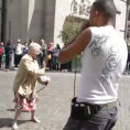 Una signora si ferma di fronte un artista di strada e inizia a ballare