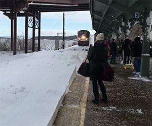 Piccola sorpresina per i passeggeri in stazione all'arrivo del treno