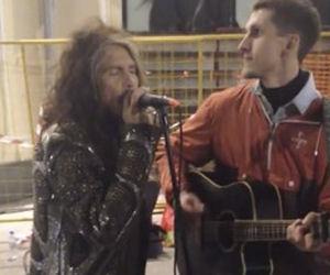 Steven Tyler nota un artista che canta una sua canzone e lo accompagna