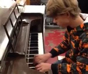 Un ragazzo si siete al pianoforte in un negozio e stupisce tutti