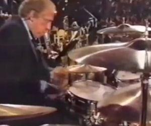 Sale sul palco e inizia a suonare la batteria come non avete mai visto