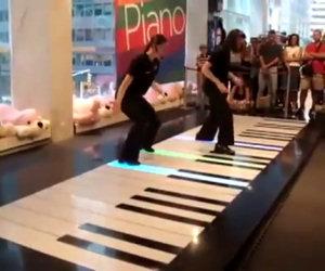 Suonano un pianoforte gigante, la loro esibizione fa urlare il pubblico