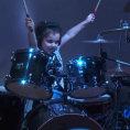 Ha 5 anni e si siede dietro una batteria, ecco cosa riesce a suonare