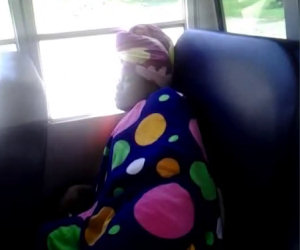 Mai svegliare chi dorme sull'autobus!