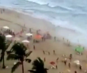 Una tromba d'aria colpisce una spiaggia affollata brasiliana
