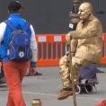 Ecco svelato, step dopo step, il trucco degli uomini sospesi per strada