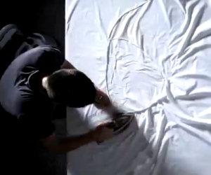 Questo artista crea le sue opere usando un lenzuolo e un ferro da stiro