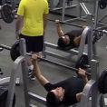 Un atleta speciale entra in palestra ed inizia ad allenarsi