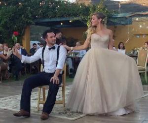 Il loro ballo matrimoniale è bellissimo e diventa anche magico!
