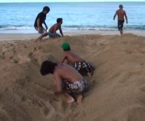 Iniziano scavando un buco nella sabbia ed ecco cosa succede