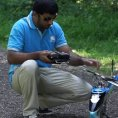 Pilota un drone in mezzo al bosco, la sua abilità è impressionante