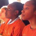 Un gruppo di bambini intona la canzone Hallelujah, che magia!