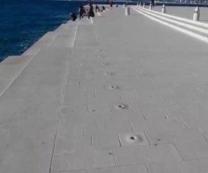 Questo incredibile pontile suona con le onde del mare