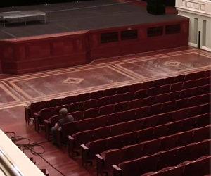 Sembra un normale teatro ma ecco cosa accade in 2 minuti