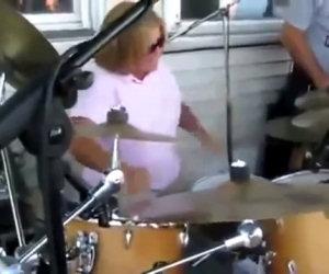 Una signora si posiziona alla batteria e stupisce il pubblico presente