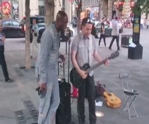 Musicista inizia a suonare per strada ma un artista famoso lo sorprende