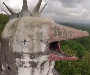 Una chiesa molto particolare scoperta in un bosco indonesiano