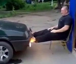 Uomo forzuto sfida un'auto