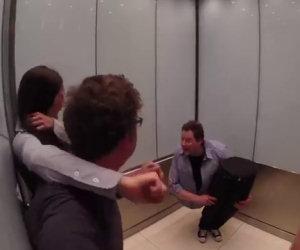 C'è un uomo a metà nell'ascensore. Ecco la reazione della gente