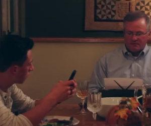 Usare il telefono a tavola
