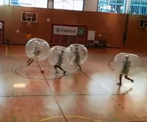 Giocare a calcio dentro bolle trasparenti