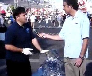 Giornalista distrugge statua di ghiaccio