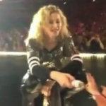 Madonna cade sul palco
