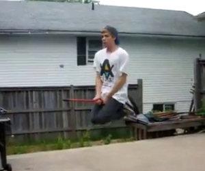 Ragazzo va su una scopa volante