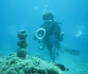 Sub colpisce pila di rocce con una bolla