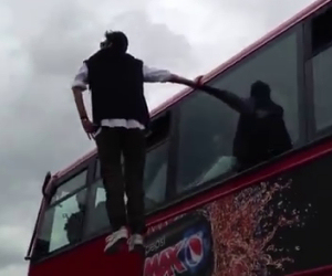 Uomo levita su un autobus a Londra