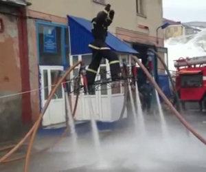 Vigile del fuoco russo si diverte