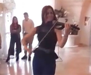 La violinista suona e balla Despacito: il video fa il giro del web