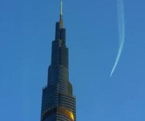 Due ragazzi volano come dei supereroi sopra i cieli di Dubai