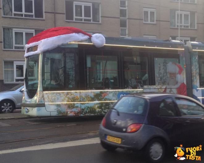 Mezzi pubblici decorati per Natale