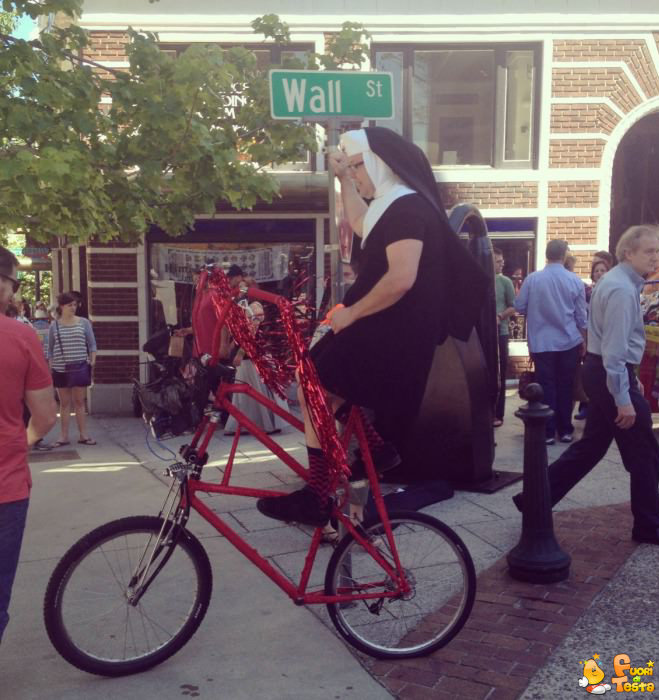 Suora in bicicletta