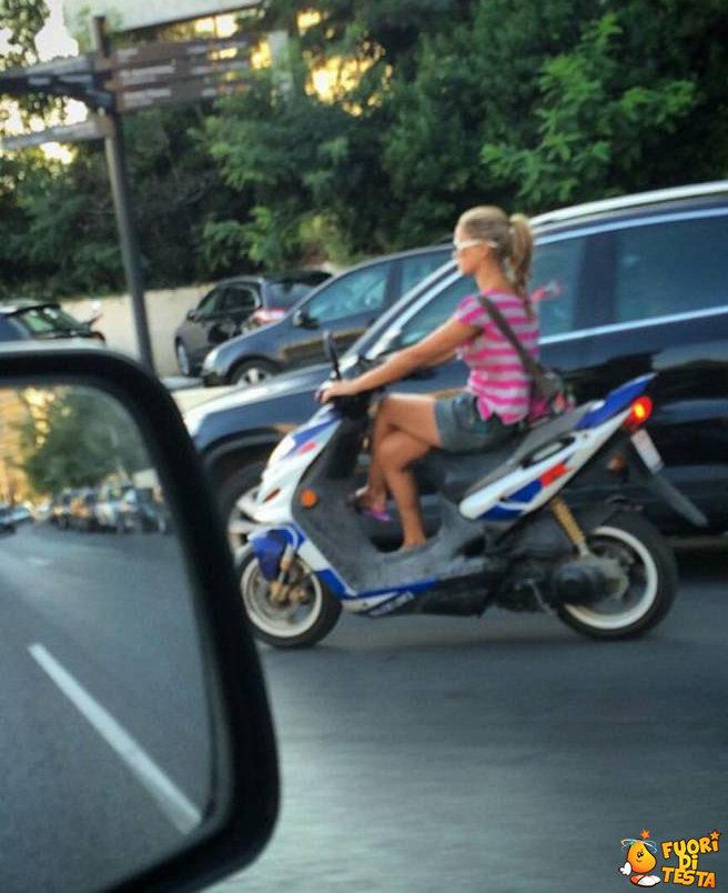 Donne che guidano lo scooter
