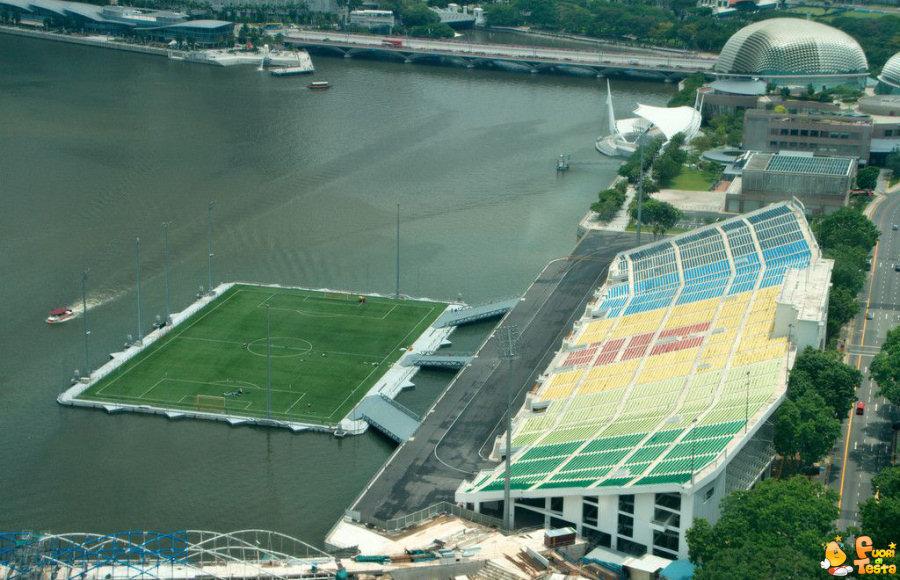 Campo di calcio sul mare