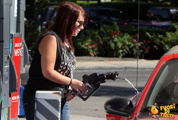 Donna che fa benzina