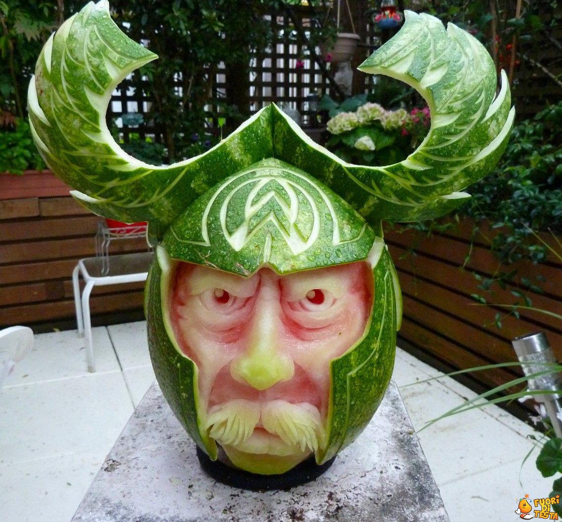 Incredibile scultura con l'anguria