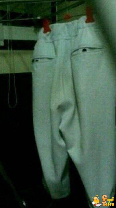 Pantaloncini con una strana faccia