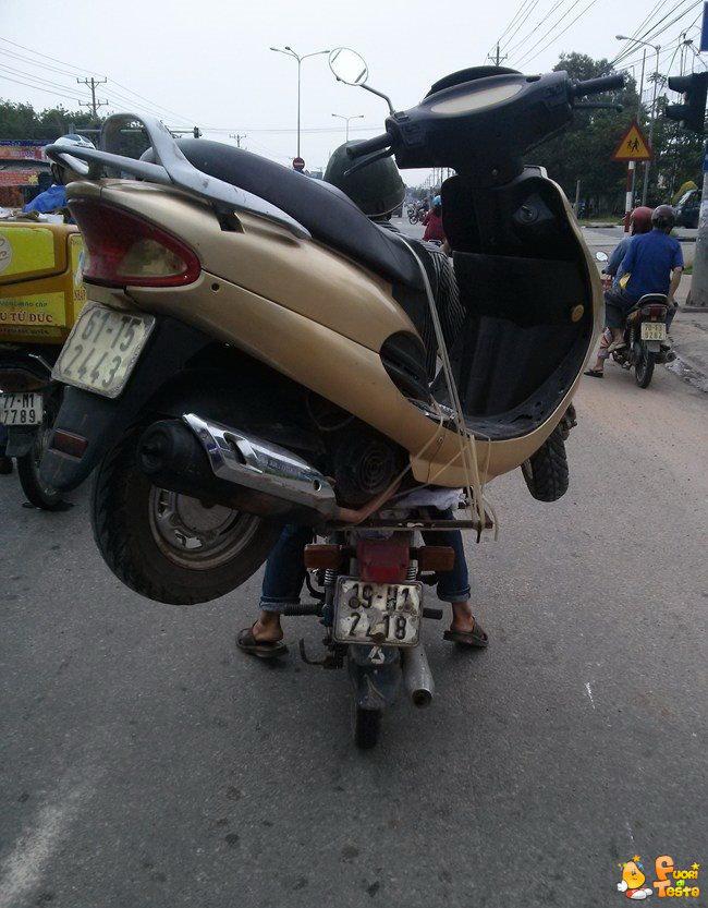 Scooter trasporta uno scooter