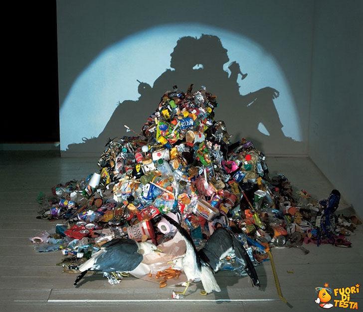 Scultura con la spazzatura