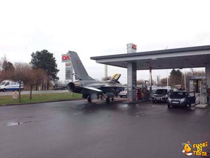 Strani mezzi dal benzinaio