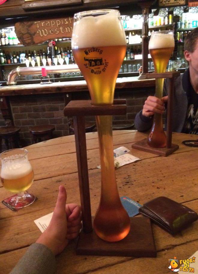 Strano bicchiere di birra