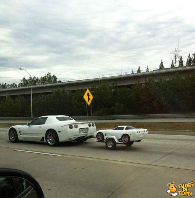 Un'auto e sua figlia