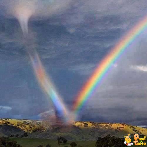 Uragano risucchia un arcobaleno
